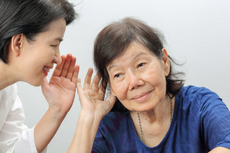 Communication with a Senior with Hearing Loss: 8 Tips